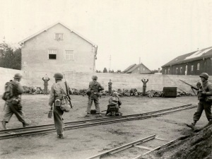 29 April 1945. Dachau, Bavaria, Germany: This picture shows an execution of SS troops in a coalyard in the area of Dachau concentration camp during the liberation of the camp. (Public domain.)
