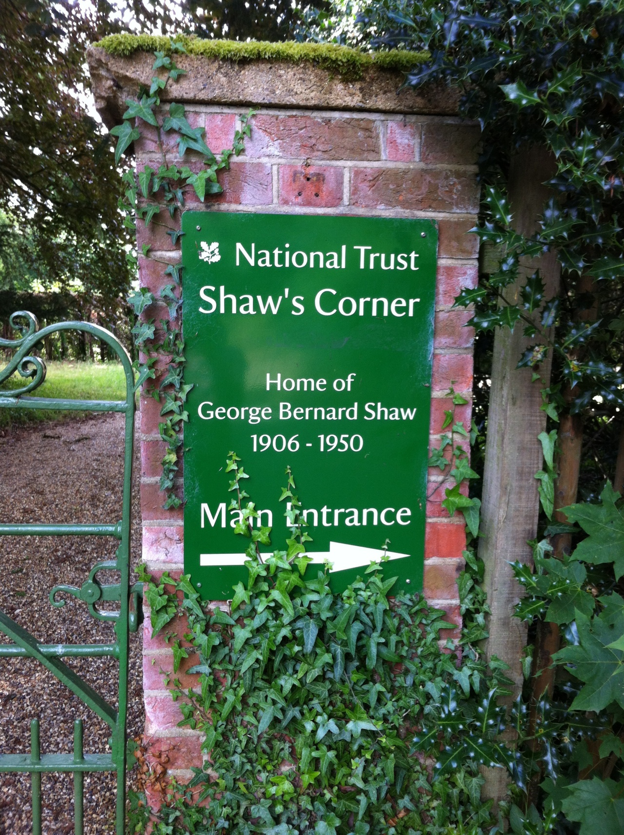 Outside author/playwright Bernard Shaw's house. He owned the property from 1906 until his death in 1950. [Photo by me, 2016.]